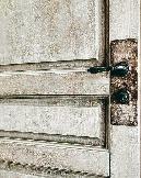 Винтажные двери для лофт интерьера, дополненные состаренными металлическими накладками