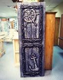 Состаренная дверь в брутальном морском стиле, дополненная балельефами