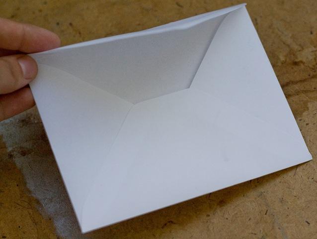 И наклеиваем на конверт перед тем как