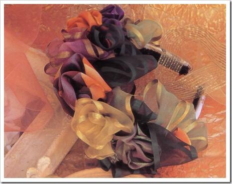 Пышные розы из лент могут стать прекрасным аксессуаром к праздничному платью.  Выберите ленты